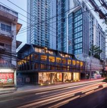 Yim Huaykwang Hostel by Supermachine Studio